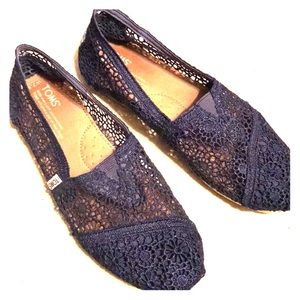 Toms Moroccan crochet 7.5 navy blue lace flats